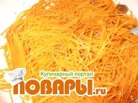 щечки замаринуем в уксусе и сое на 2 часа, порежем их на 3 части. Добавляем тертую морковь, лук и специи.