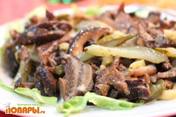 Салат из шиитаки с солеными огурцами, луком и чесноком