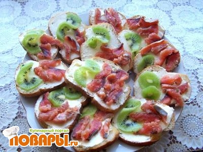 Салат с красной рыбой и киви