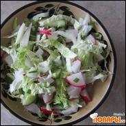 Весенний салат из пекинской капусты, редиски, огурца и зеленого лука