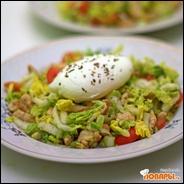 Салат из пекинской капусты с пашотом