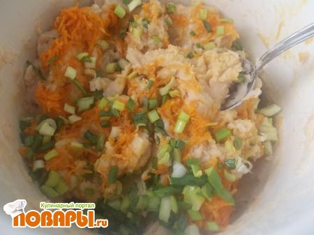 Смешайте фасоль с морковью и луком