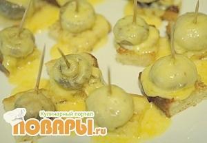 канапе с грибами и сыром
