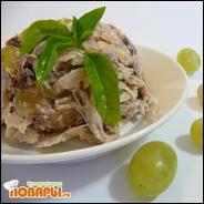 Куриный салат с виноградом и фундуком