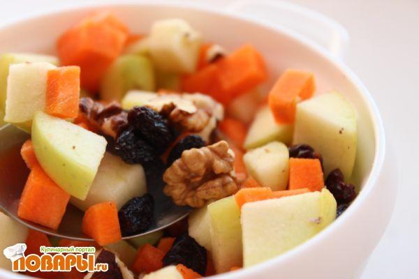 Салат с яблоком, морковью, изюмом и орехами