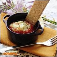 Запеченный помидор с яйцом