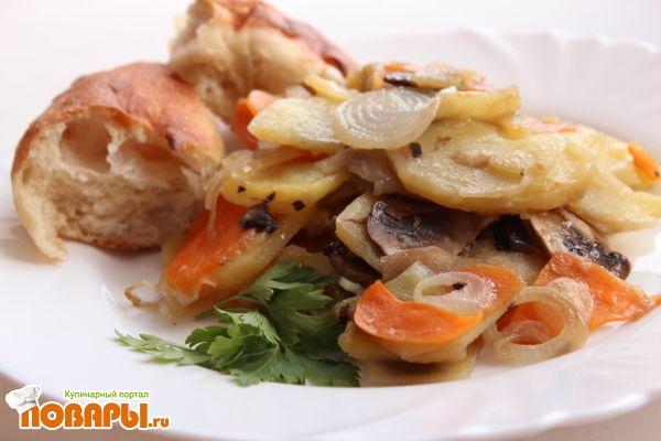 Запеченный картофель с шампиньонами и овощами (постный вариант с растительным маслом)
