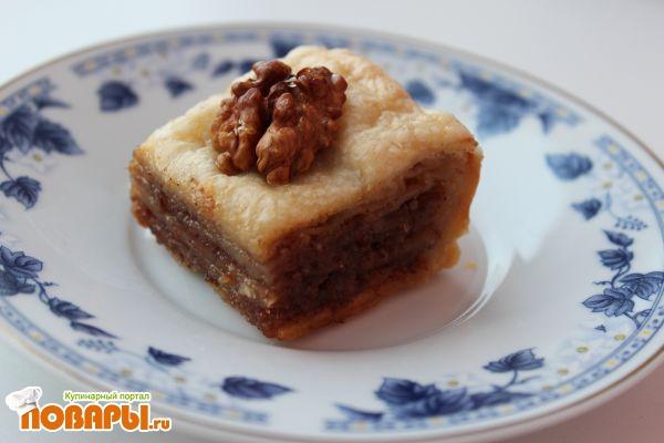 Слоеная пахлава с грецкими орехами, корицей и медовым сиропом