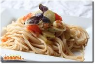 Паста с острым соусом с помидорами, кабачками и базиликом