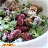 Салат с фасолью, сухариками и кинзой