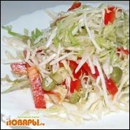 Салат со свежей капустой, болгарским перцем и зеленым горошком